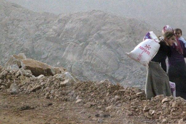 """Скрытые армяне-паломники на горе Марута, Сассун. Девушка испугалась, когда я подошел к ней, увидев вышитый армянский крест на ее сумке, которую она повернула другой, пустой стороной. """"Мы-мусульмане"""", - сказала ее мать, когда ее спросили, армяне ли они. / А. Хаджян"""