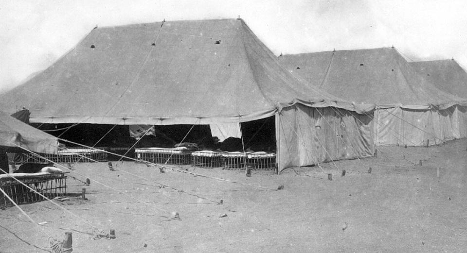 Палатки выступающие в качестве общежития для беженцев с Муса-Дага