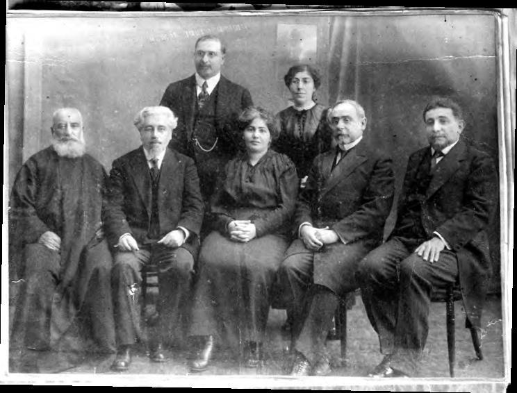 Забел Есаян (в центре) в Стамбуле с некоторыми литературными фигурами - такими как Григор Зохраб (крайний справа) и Левон Шант (между Зохрабом и Есаян).