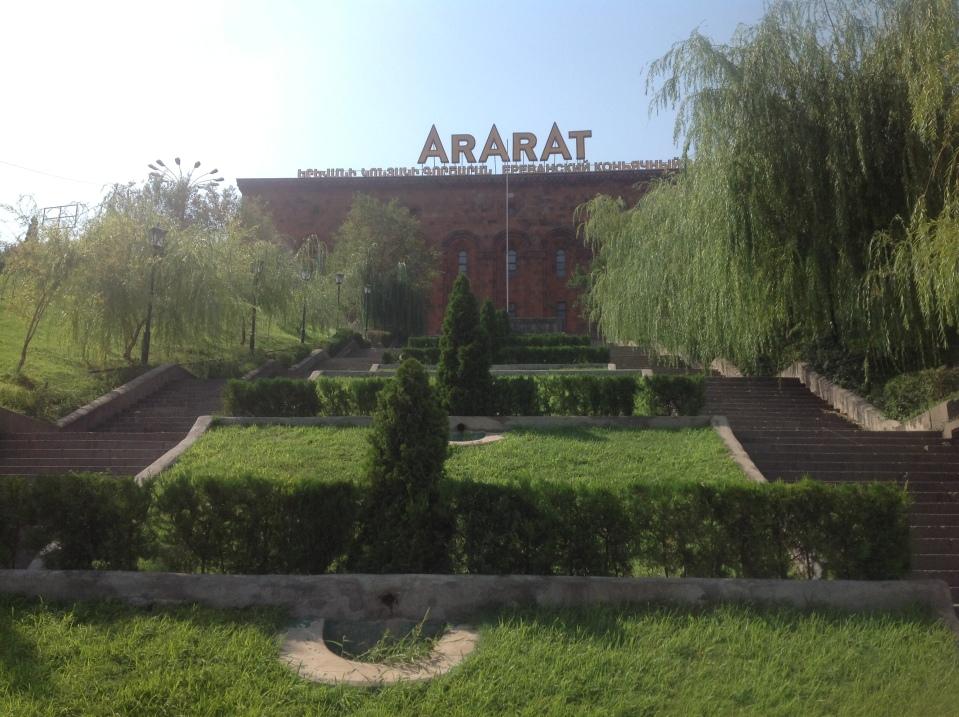 Ереванский коньячный завод расположен в центре Еревана.