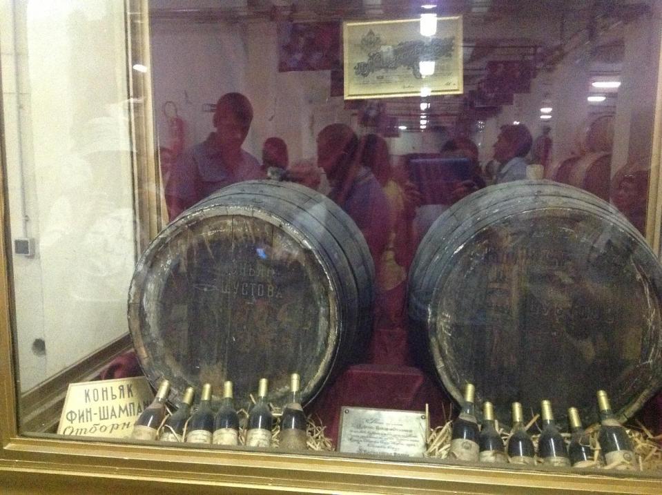 Эта аллея с именными бочками названа в честь Шарля Азнавура.