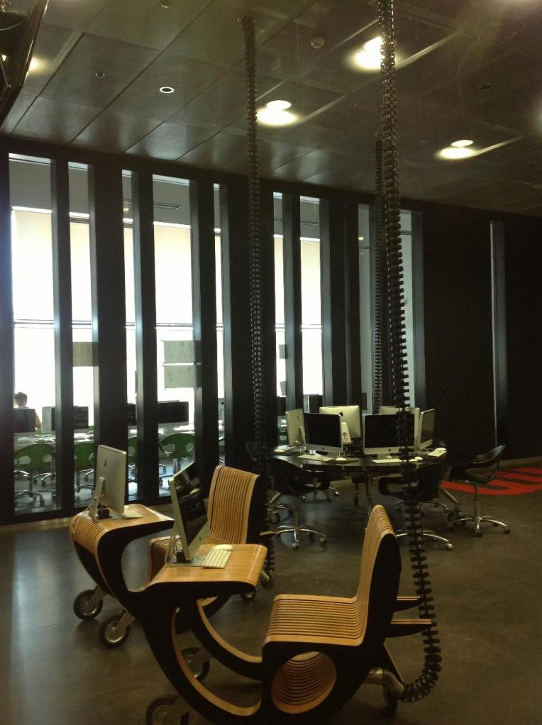 Центр оборудован самой современной техникой. Аудитории оформлены в футуристичном стиле