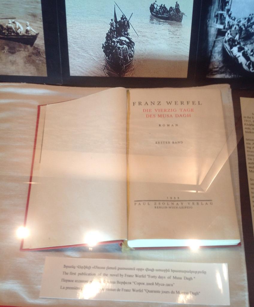"""Первое издание романа Франца Верфеля """"Сорок дней Муса Дага"""". Турки заставляли армян сжигать эту книгу"""