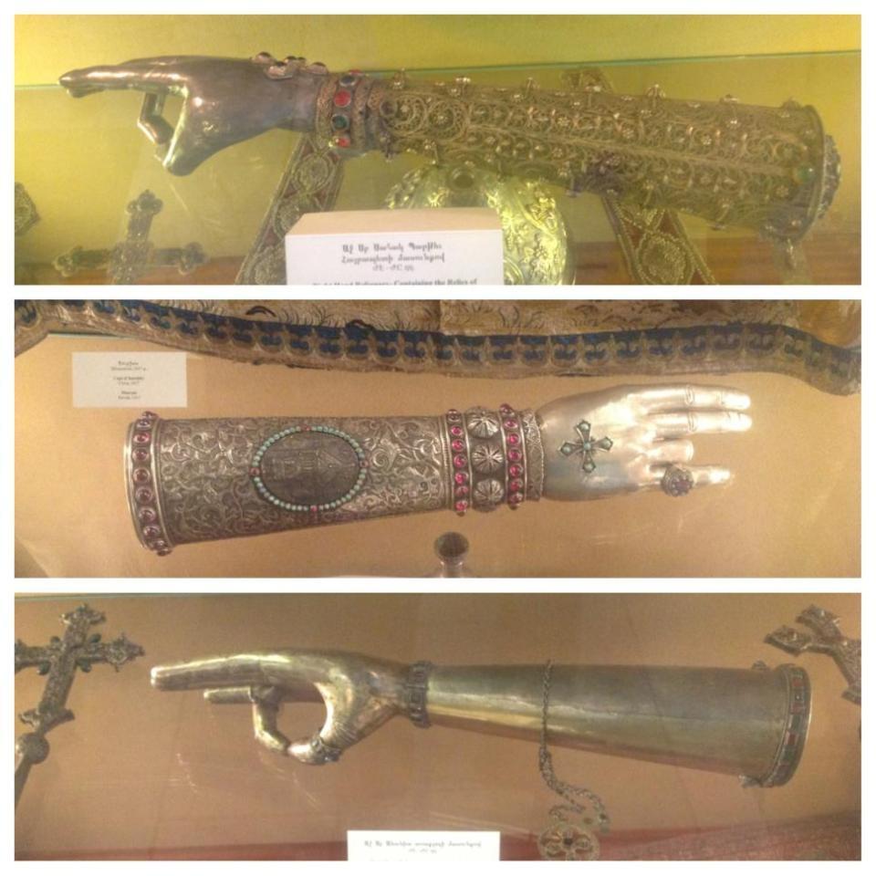 В музее Эчмиадзина хранятся длани наиболее почитаемых святых с их мощами. Именно в подобном жесте армянские священнослужители крестят прихожан