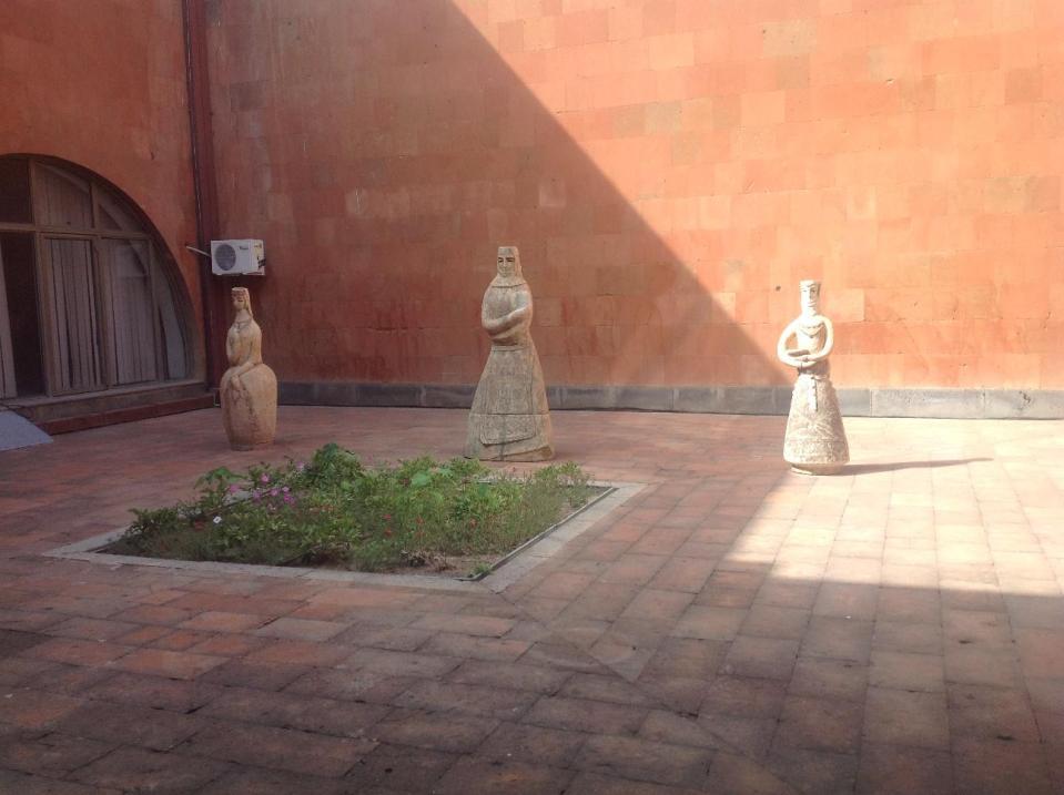 Женские глиняные фигуры