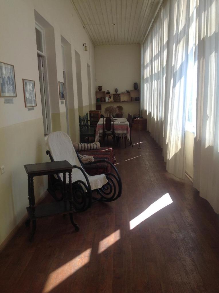 Туманян не жил в Ереване и, поэтому, в доме-музее воссоздан интерьер его тифлисского дома.