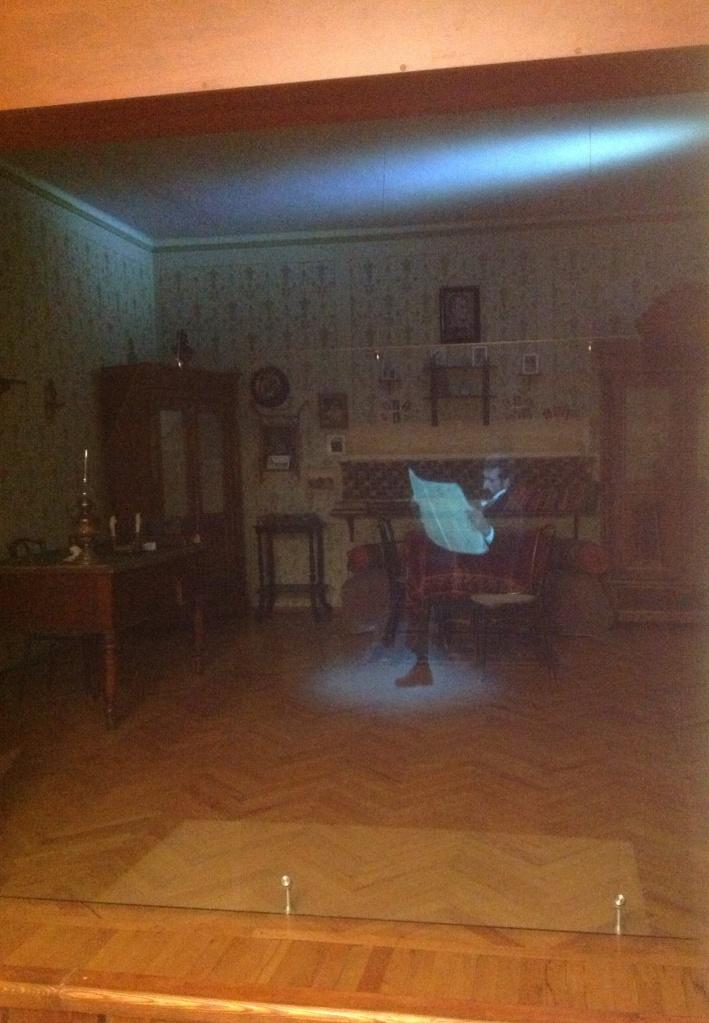 В музее можно увидеть интересную 3D-проекцию. Она воссоздает силуэт писателя, который передвигается по комнате.