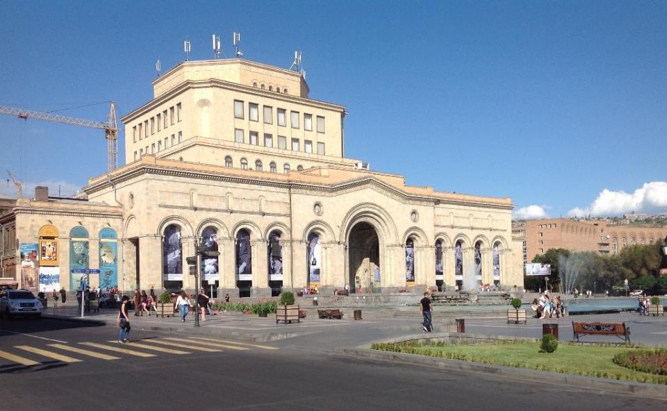 В здании на Площади Республики расположена не только картинная галерея, два этажа занимает музей истории Армении.